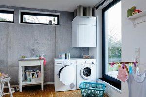 Gerät für zentrale Wohnraumlüftung im Hauswirtschaftsraum installiert