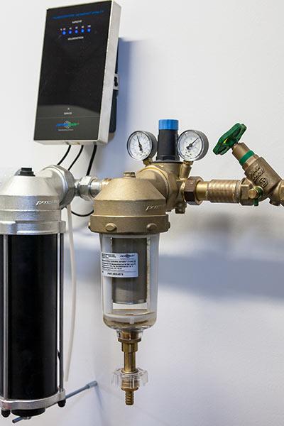 Kalkschutzgerät und Rückspülfilter für die Hauswasserleitung.