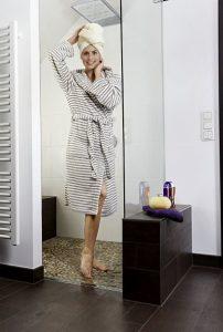 Sogar direkt in der Dusche kann eine Fußbodenheizung verlegt werden. Foto: AEG