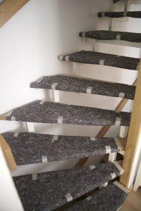 Sauber abgeklebte Laufwege schonen bei der Badrenovierung die Wohnung der Kunden.