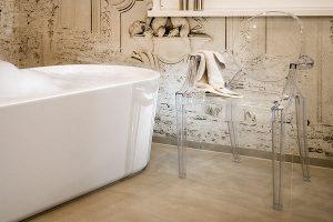Die Tapeten im Bad bilden mit ihren Barockmotiven den perfekten Hintergrund für die moderne Einrichtung.