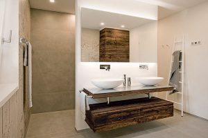 Moderne und alt anmutende Elemente erzeugen in diesem Badezimmer Spannung und Harmonie.