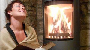 So sieht Wellness aus: ein gutes Buch und eine heiße Tasse Tee vor dem eigenen Kaminofen genießen.