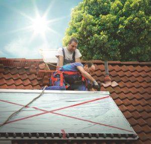 Ein Modul für Solarwärme wird fachgerecht installiert. Foto: Paradigma